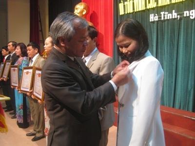 Lãnh đạo tỉnh Hà Tĩnh trao tặng danh hiệu Nhà giáo Ưu tú cho các cá nhân. (Ảnh: Phương Hồ)