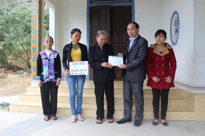 Lãnh đạo UBND xã Đức Giang trao số tiền 29.600.000 của bạn đọc đến gia đình em Thơm