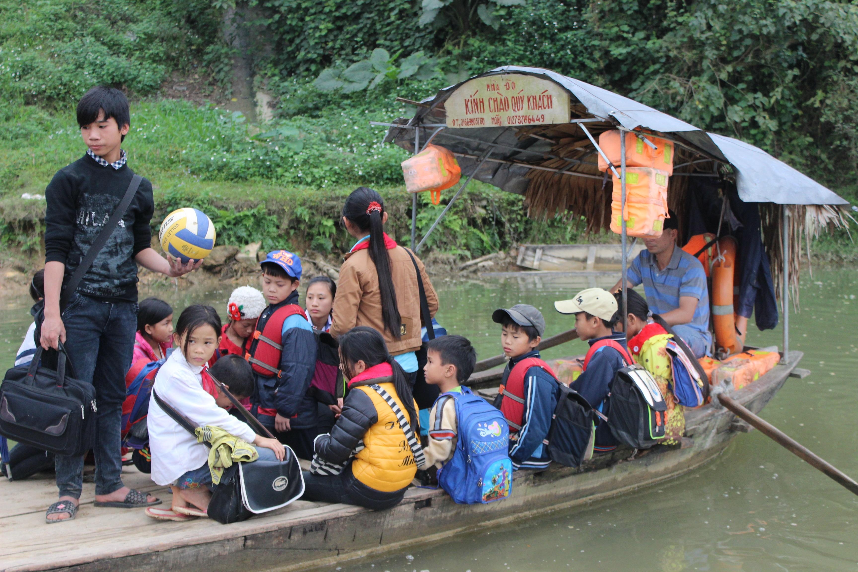 Hàng chục năm qua, nhiều thế hệ học sinh tại xóm 2 (xã Hương Thọ), phải qua đò để đi học.