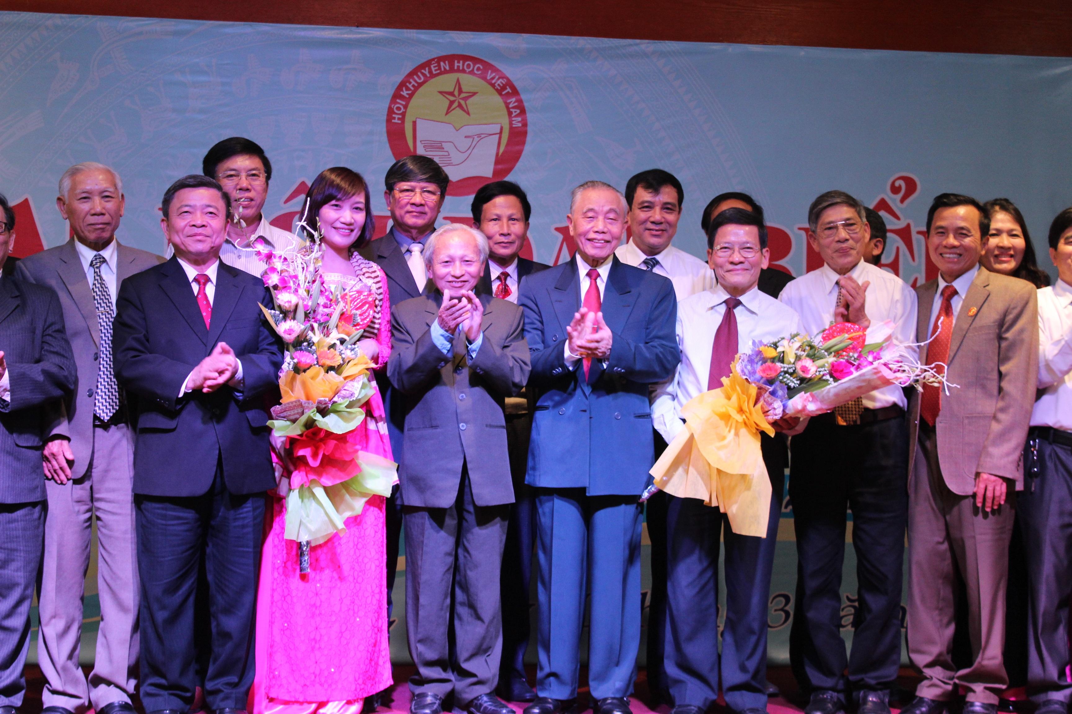Ông Nguyễn Mạnh Cầm và ông Võ Kim Cự tặng hoa cho các ủy viên BCH khóa V
