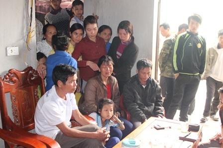Rất đông hàng xóm đến thăm hỏi gia đình