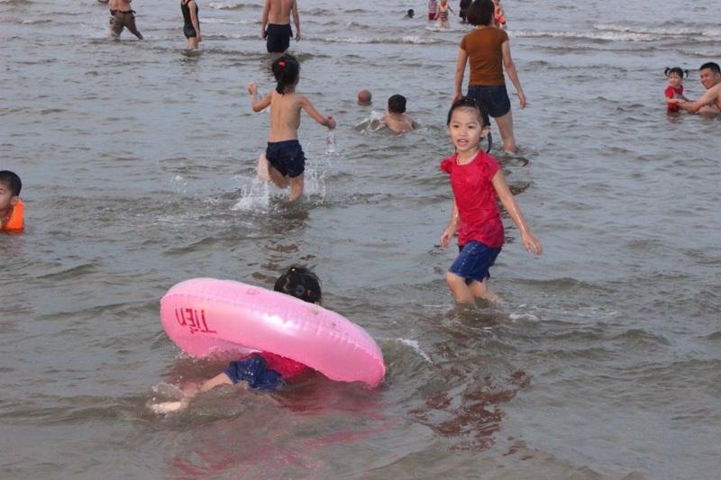 Trẻ nhỏ thích thú tắm biển