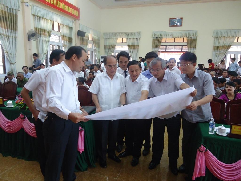 Chủ tịch Quốc hội Nguyễn Sinh Hùng cùng các đại biểu xem quy hoạch chi tiết thị xã Kỳ Anh