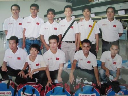 Đội bóng của xã Glar trong một lần đại diện cho trẻ em nghèo Việt Nam ra nước ngoài thi đấu