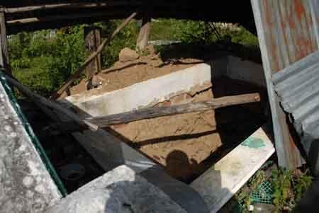 Ngôi mộ mới bị mồ tặc đào xới cách đây không lâu