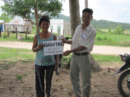 Ông Đinh Tiến- Chủ tịch Mặt trận xã An Trung thay mặt bạn đọc tặng quà cho bà Phenh