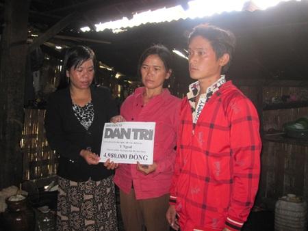 Chị Y Dim (bên trái) thay mặt bạn đọc tặng quà cho gia đình bà Ngoal