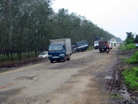 Đường hư hỏng nặng, nhiều xe ô tô phải đi xuống rẫy cao su đề lánh nạn