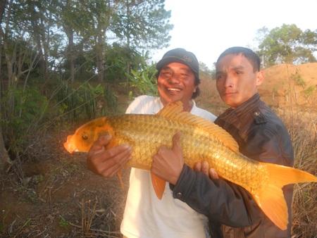 Anh Việt (bên trái) chụp ảnh cùng con cá