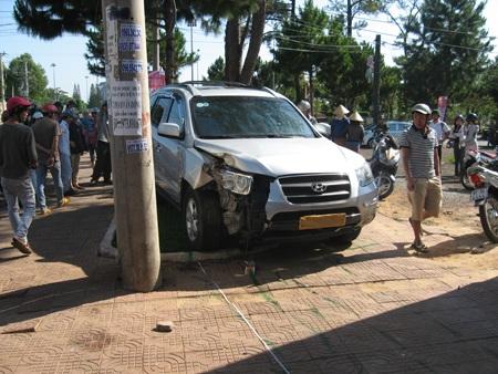 Nhiều người bức xúc vì sau khi làm nhiều người bị thương, tài xế chỉ lo đi dán biển số xe