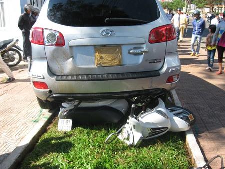 Chiếc xe điên chỉ chịu dừng lại khi có một chiếc xe máy chèn vào bánh