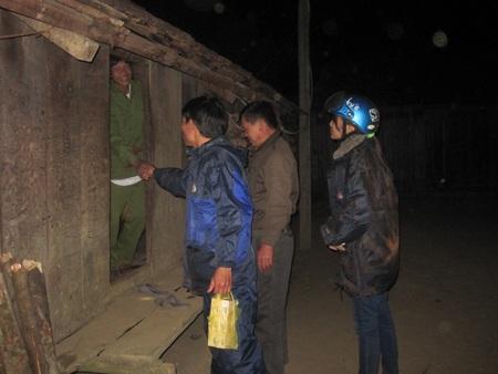 Thầy Phạm Quốc Tuấn cùng đồng nghiệp vào nhà trưởng thôn để cùng đi vận động em Nhuốc đến trường.