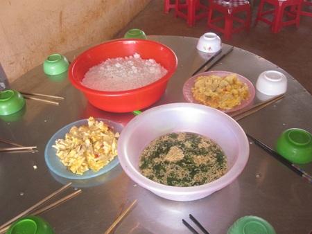 Suất cơm của 10 em học sinh tiểu học trường Đăk Rong