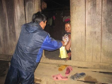 Thầy giáo tặng sữa cho mẹ Nhuốc để động viên em đến trường học