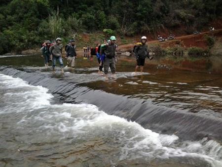Các thầy cô vượt qua qua ngầm nước để đưa học sinh về trường.