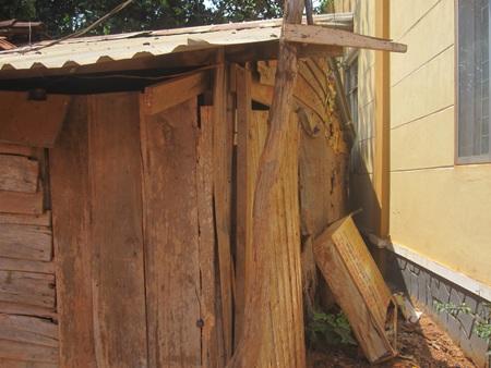 Căn nhà của vợ chồng ông A sập sệ có thể đổ xuống bất kì lúc nào