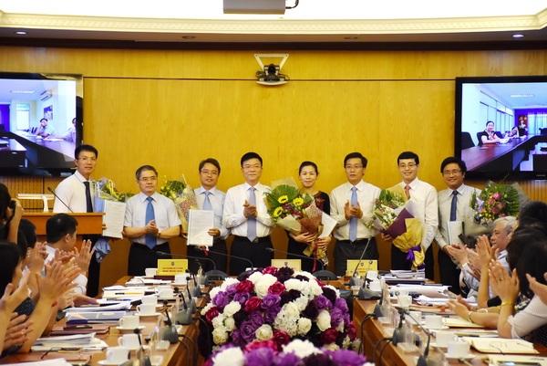 Bộ trưởng Lê Thành Long tặng hoa, chúc mừng 5 cán bộ vừa được điều động, bổ nhiệm (Ảnh: Bộ Tư pháp)