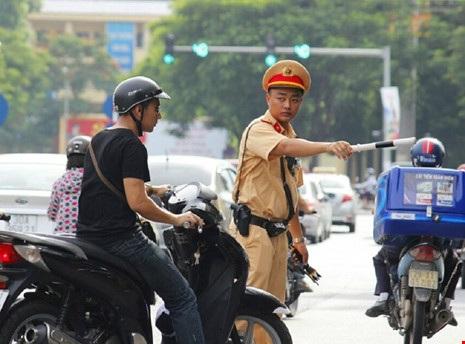 CSGT làm nhiệm vụ chỉ huy, điều khiển giao thông đường bộ sẽ được trang bị còi, gậy chỉ huy giao thông, găng tay trắng, áo phản quang, xe môtô, bộ đàm cá nhân, súng, dùi cui điện... (Ảnh minh họa)