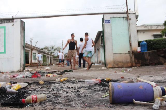 Nhiều vật dụng bị các học viên cai nghiện ở Đồng Nai đốt để gây áp lực với lực lượng chức năng (Ảnh: Vĩnh Thủy)