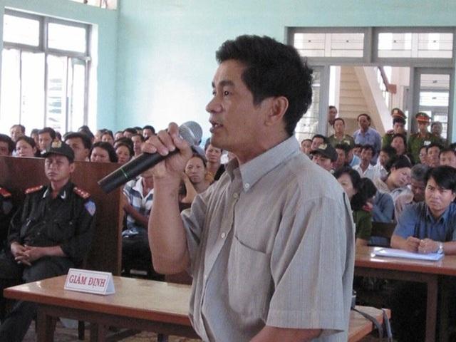 """Cựu điều tra viên Cao Văn Hùng (Công an tỉnh Bình Thuận) được triệu tập trong một phiên tòa xét xử """"kỳ án Vườn Điều"""" (Ảnh: Tiền Phong)."""