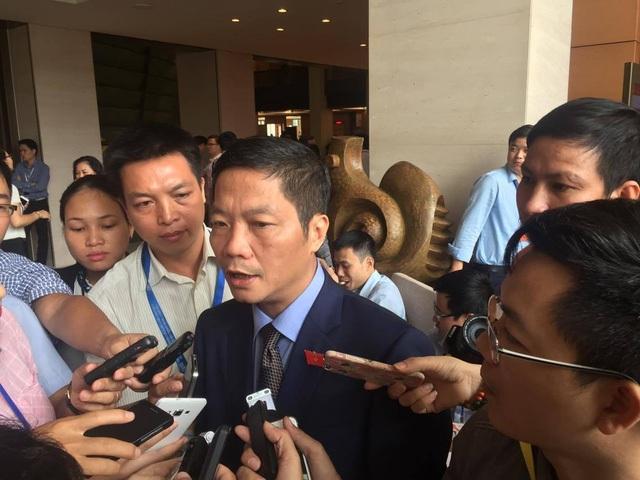 Bộ trưởng Trần Tuấn Anh trong một lần trả lời báo chí bên hành lang Quốc hội.