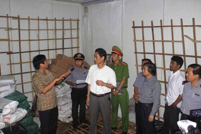 Các cơ quan liên ngành tỉnh Quảng Trị kiểm tra và niêm phong 20 tấn cá bị nhiễm Phenol (Ảnh: Đ.Đức)