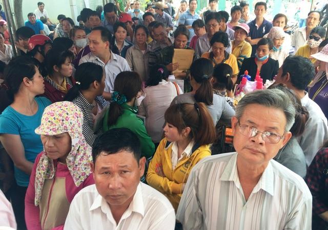 Hàng trăm người dân vây kín Bưu điện Thị xã Dĩ An, Bình Dương để làm thủ tục cấp đổi giấy phép lái xe sang thẻ PET vì sợ phải sát hạch lại lý thuyết (Ảnh: Đăng Lê)