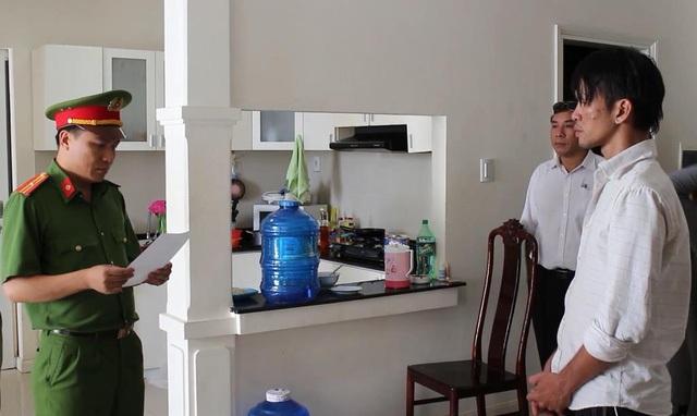 Công an đọc lệnh khám xét nhà của nghi phạm Nguyễn Thành Dũng ở huyện Bình Chánh, TPHCM (Ảnh: Đình Thảo)