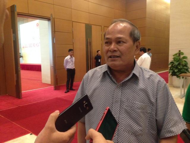 Đại biểu Ngô Văn Minh trong một lần trả lời phỏng vấn bên hành lang Quốc hội.