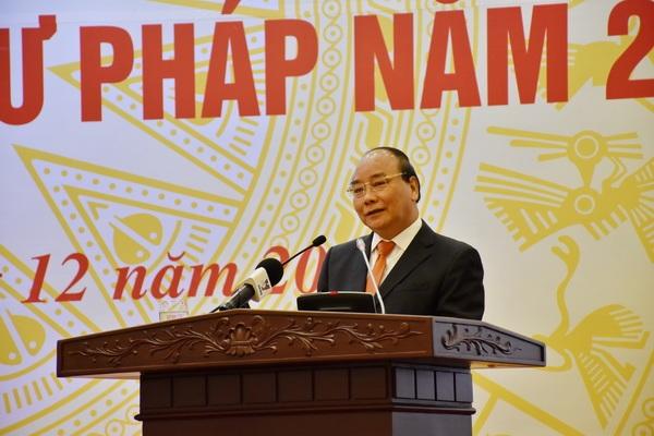 Thủ tướng Nguyễn Xuân Phúc chỉ đạo tại hội nghị sáng 23/12 (Ảnh: Bộ Tư pháp)