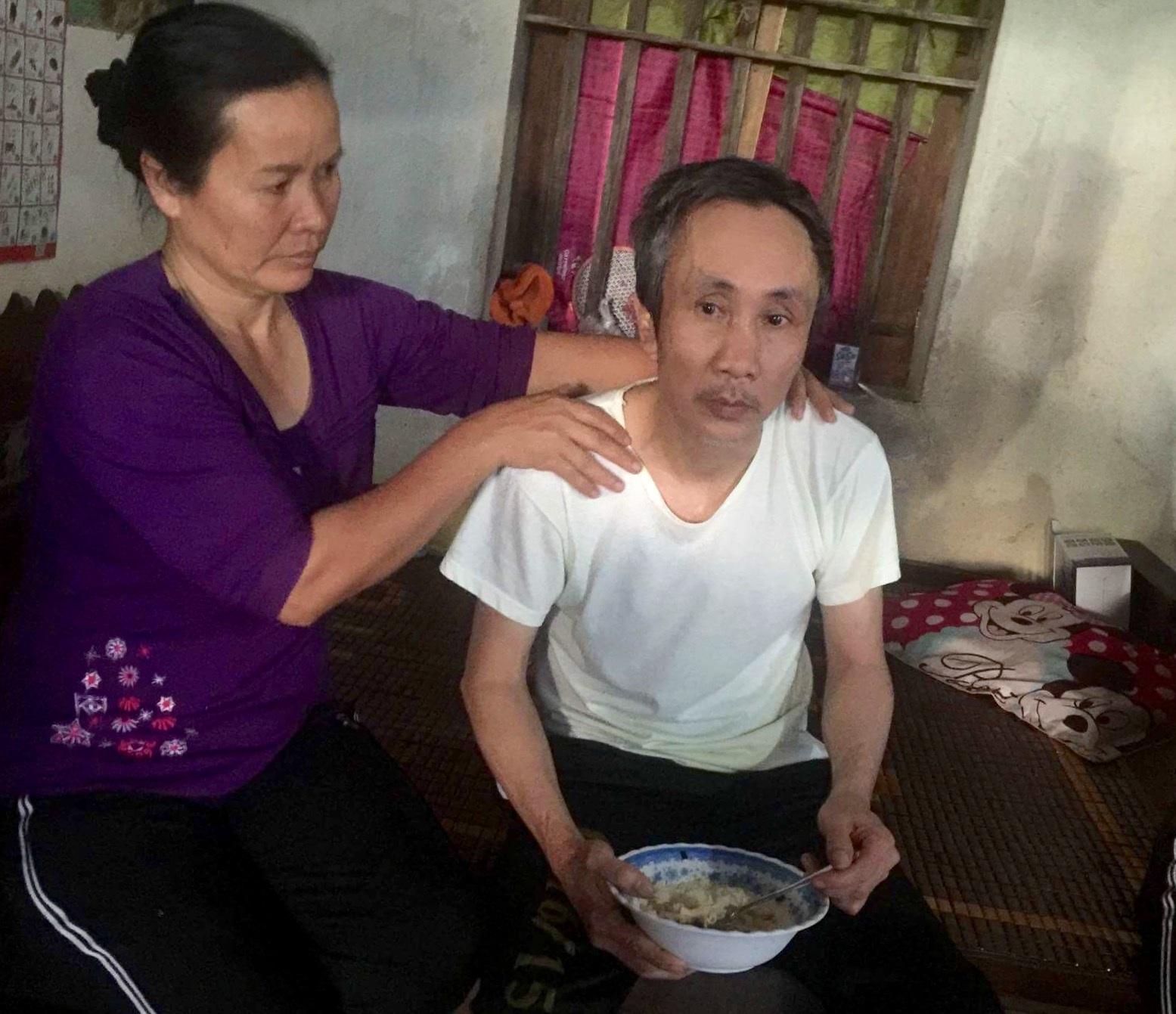 Ông Hàn Đức Long vừa trở về nhà và được vợ chăm sóc sau 11 năm ngồi tù oan (Ảnh: Bá Đoàn)