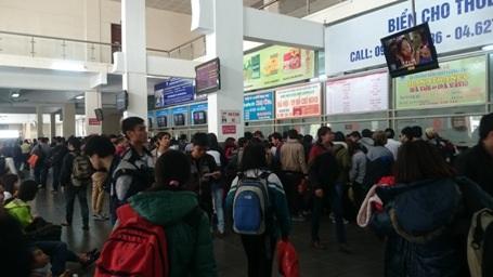 Bến Xe Giáp Bát đã đông kín người từ đầu giờ chiều