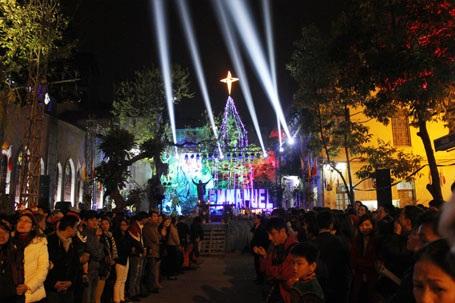 Hàng nghìn người đang chờ đợi giây phút của nghi lễ rước Chúa tại nhà thờ Hàm Long