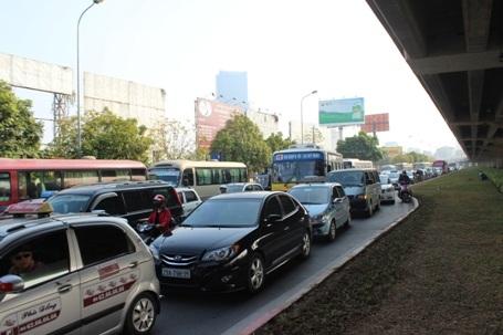Đường Phạm Hùng khu vực gần bến xe Mỹ Đình dòng xe đã chật cứng