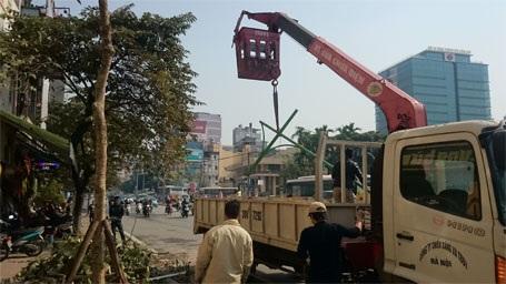Lực lượng chức năng đang dọn dẹp hiện trường vụ tai nạn