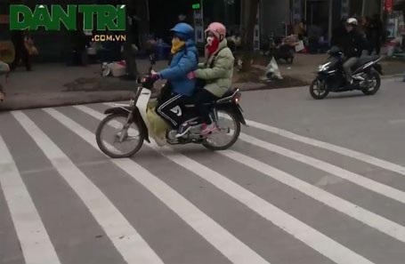 Người đi bộ phải len lỏi giữa dòng xe đông như mắc cửi để sang đường