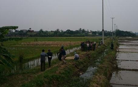 Lực lượng chức năng phải rất vất vả mới đưa được thi thể hai nạn nhân xấu số ra khỏi gầm xe khách