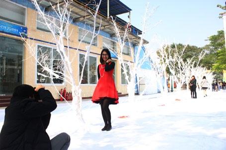 Nhiều bạn trẻ tranh thủ chụp ảnh khi con đường tuyết vừa hoàn thành