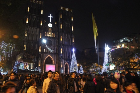 Nhà thờ Lớn đông nghịt người từ đầu giờ tối
