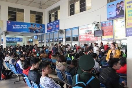 Bến xe đông kín người về quê nghỉ Tết Dương lịch