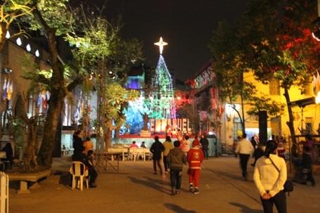 Nhà thờ trên phố Hàm Long