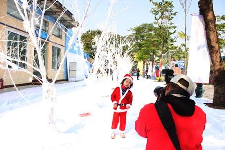 Nhiều ông già noel nhí thích thú chụp ảnh với con đường tuyết