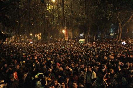 Biển người trước sân khấu ca nhạc tại Hồ Thiền Quang