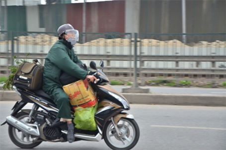 Di chuyển bằng xe máy...