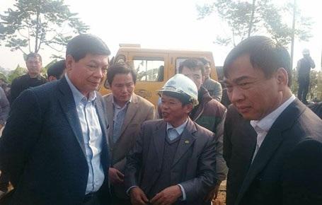 Ông Hùng (bìa trái) đang nghe ông Tốn (giữa) báo cáo tình hình