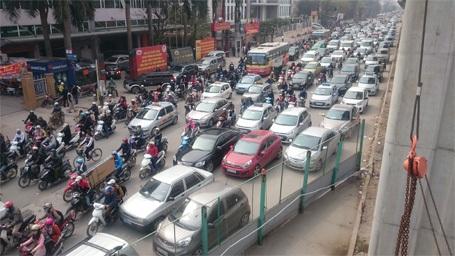 Đường phố Hà Nội ngột ngạt hơn vào những ngày giáp Tết