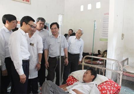 Phó Thủ tướng Vũ Đức Đam thăm hỏi bệnh nhân đang điều trị tại Trạm Y tế xã Thái Hòa