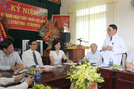 Giám đốc Trung tâm Y tế huyện Lập Thạch đang báo cáo...