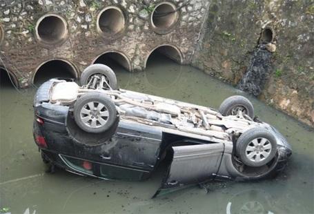 Chiếc xe đã phơi bụng dưới mương...