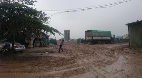 Xe của công trường đi ra chính là thủ phạm khiến đoạn đường ngập bùn đất suốt mấy ngày qua.